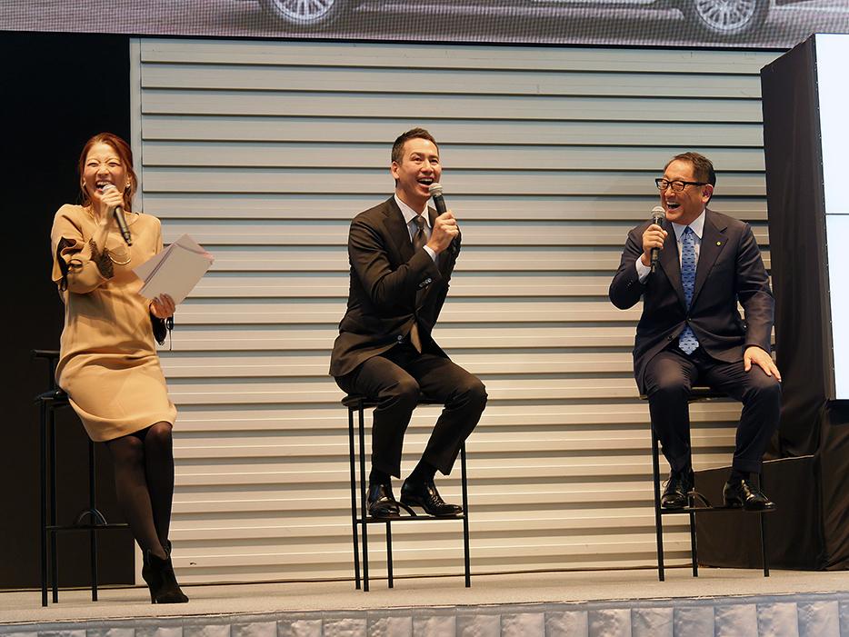 笑いあり、裏話ありの豊田社長(写真右)と川鍋会長(写真真ん中)のトークショー